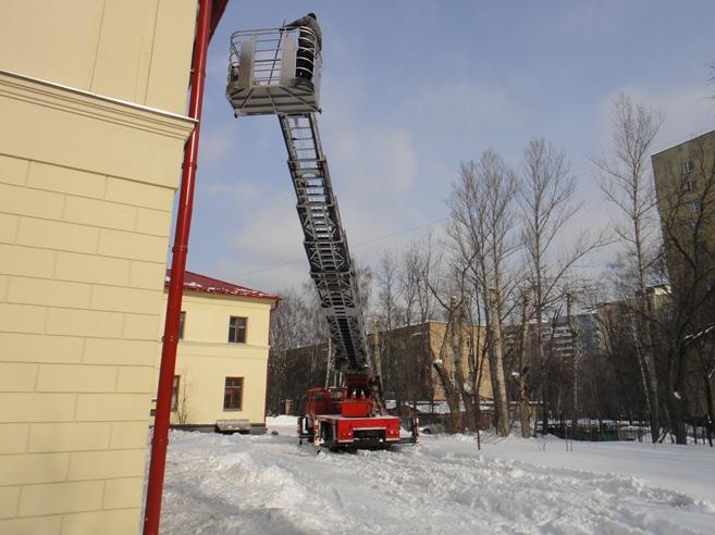 Снег на крыше. Аренда спецтехники для очистки крыш от снега в Перми